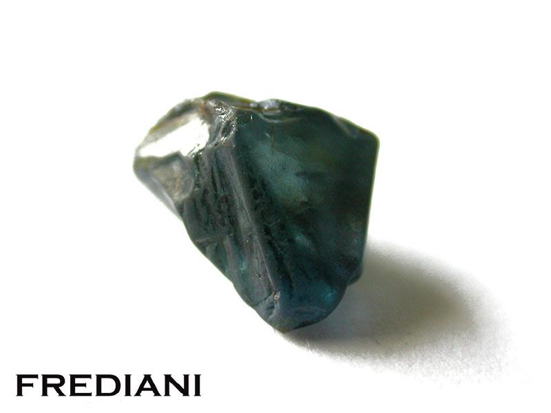 Saphir bleu, du brut à la pierre taillée