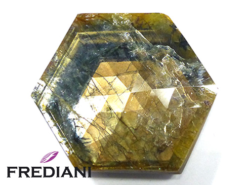 Saphir doré hexagonal naturel