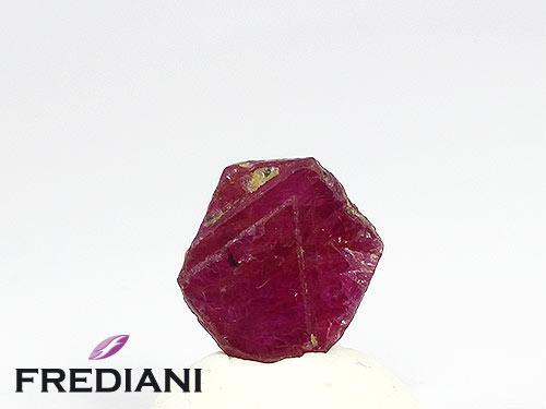 Tranche de cristal de rubis naturel